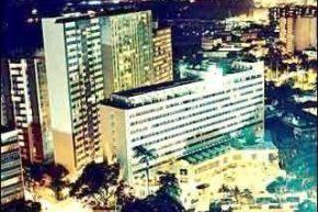 Здание отеля при вечернем освещении