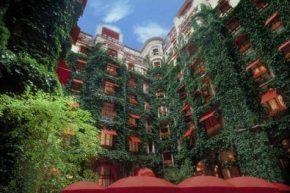 Здание отеля со стороны внутреннего дворика
