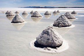 Соляные насыпи на солончаке Уюни